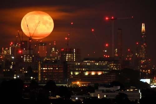 ماه کامل در لندن/ رویترز