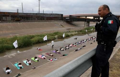 تمرین یوگا در مرز مکزیک و ایالات متحده آمریکا/ خبرگزاری فرانسه