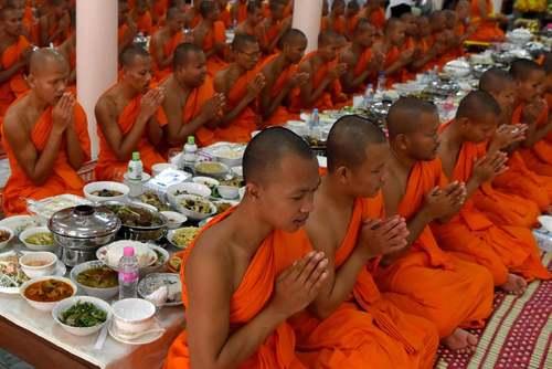 آیین دعا برای مردگان در معبدی در شهر