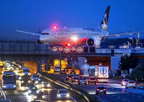 عبور هواپیمای شرکت هوایی