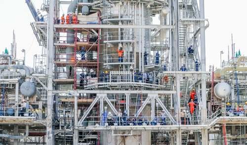 کارگران در حال تعمیر تاسیسات نفتی