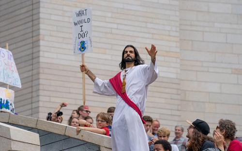 یک معترض تغییرات اقلیمی با گریم حضرت مسیح (ع) در تظاهرات جهانی معترضان به تغییرات اقلیمی در شهر