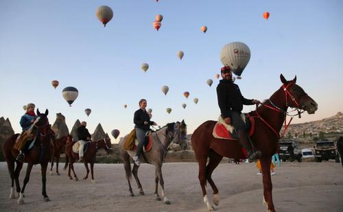 اسب سواری صبحگاهی گردشگران در شهر گردشگری