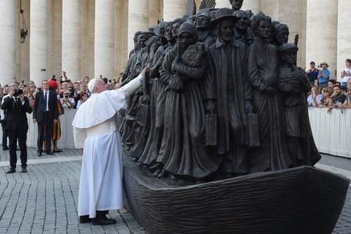 پاپ فرانسیس در مراسم رونمایی از یک مجسمه ساخت یک هنرمند کانادایی درباره مهاجران در واتیکان/ گتی ایمجز