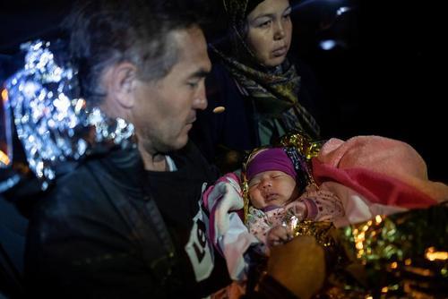 نجات خانواده پناهجوی افغان با فرزند 20 روزه شان در جزیره لسبوس یونان/ رویترز