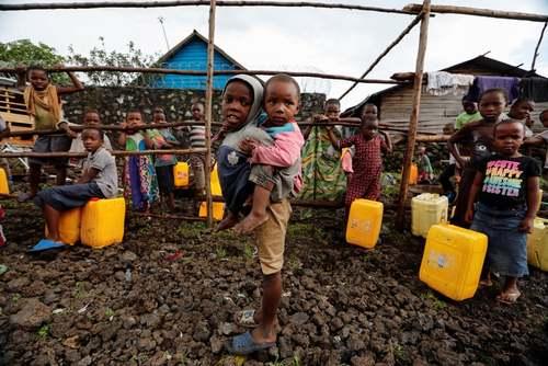 کودکان در صف دریافت آب در جمهوری دموکراتیک کنگو/ رویترز