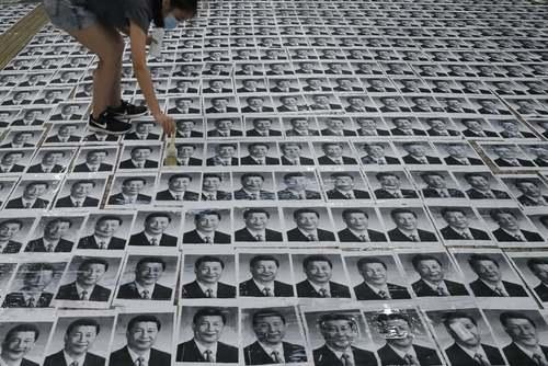 معترضان هنگ کنگی پوسترهای تصویر رییس جمهوری چین را فرش کردهاند./ آسوشیتدپرس