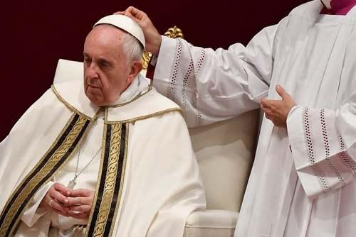 درست کردن کلاه پاپ از سوی یک کاردینال در مراسمی آیینی در کلیسای سنت پترز واتیکان/ گتی ایمجز