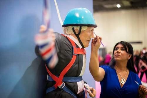 یک قناد بریتانیایی در حال آماده کردن مراحل نهایی کیکی از
