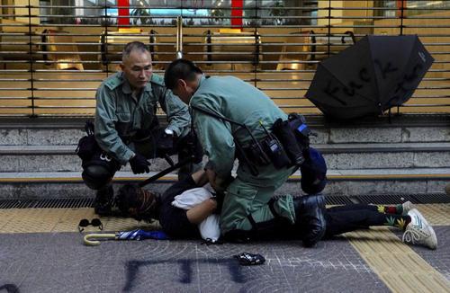 بازداشت معترضان هنگ کنگی از سوی پلیس/ آسوشیتدپرس
