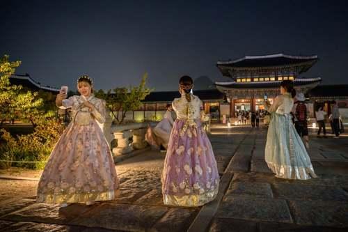 گردشگران کرهای با لباس سنتی در حال سلفی گرفتن در قصری تاریخی در شهر سئول/ خبرگزاری فرانسه