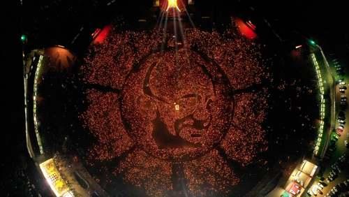 هزاران هندی در صد وپنجاهمین سالروز تولد مهاتما گاندی رهبر استقلال هندوستان با در دست گرفتن چراغهای نفتی، پرترهای بزرگ از رهبر استقلال کشورشان را روی زمین درست کردهاند./ EPA