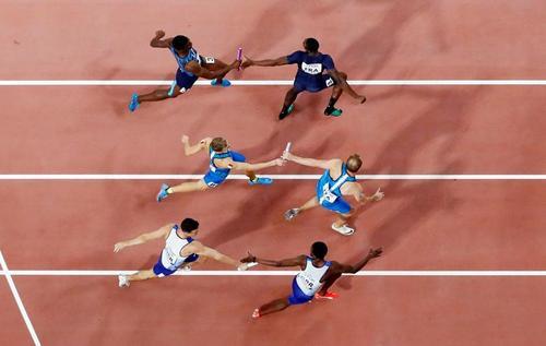 مسابقه دو امدادی 4 در 400 متر مردان در مسابقات جهانی دوومیدانی در شهر دوحه قطر/ رویترز