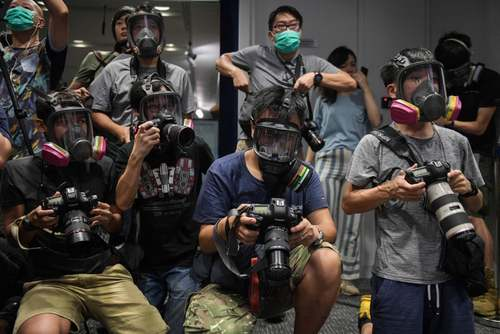 عکاسان خبری هنگ کنگ در اعتراض به تصمیم دولت محلی برای ممنوعیت زدن ماسک برای معترضان هنگ کنگی در یک نشست خبری با ماسک حاضر شدهاند./ خبرگزاری فرانسه