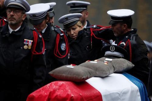 مراسم تشییع پیکر 3 افسر پلیس فرانسه که در حمله تروریستی اخیر با سلاح سرد به قتل رسیدهاند./ رویترز