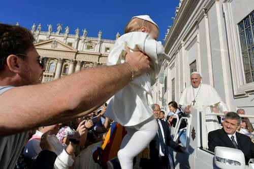 بدل نوزاد پاپ در مراسم عمومی هفتگی پاپ فرانسیس در واتیکان/ رویترز