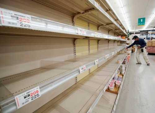 خالی شدن قفسههای فروشگاه به دلیل نزدیکی توفان به شهر