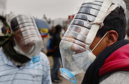 ماسکهای ضدگاز ابداعی معترضان به سیاستهای ریاضت اقتصادی دولت اکوادور/ EPA