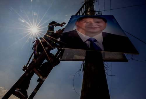 نصب بنر رییس جمهوری چین در شهر کاتماندو نپال همزمان با سفر رسمی رییس جمهوری چین به نپال/ EPA