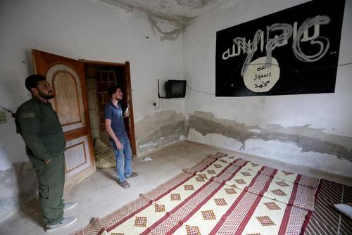 پرچم داعش درون خانهای در شهر