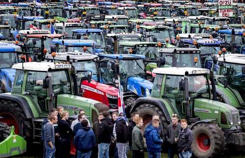 اعتصاب کشاورزان هلندی با تراکتورهایشان در شهر لاهه هلند در اعتراض به سیاستهای دولت/ EPA و گتی ایمجز
