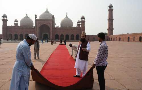 پهن کردن فرش قرمز در مقابل مسجد معروف