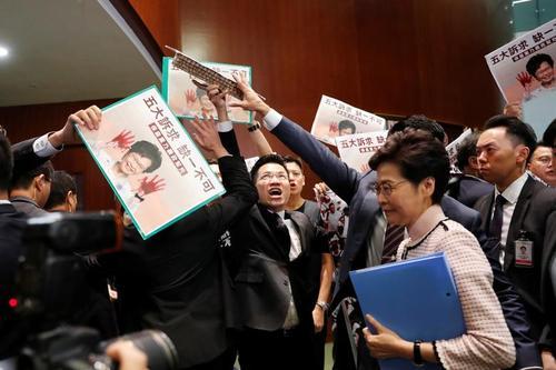 اعتراض نمایندگان پارلمان هنگکنگ به حضور