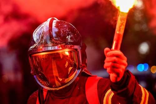 اعتصاب و تظاهرات آتش نشانهای فرانسوی در پاریس در اعتراض به دستمزد پایین/ گاردین