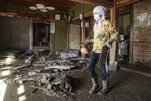 تمیز کردن خانهها پس از توفان مهیب