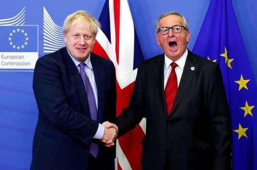 خمیازه کشیدن رییس کمیسیون اروپا هنگام دست دادن با نخست وزیر بریتانیا در حاشیه دیدار دوجانبه در بروکسل/ رویترز