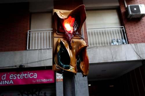 آتش گرفتن چراغ راهنمایی در شهر بارسلونا اسپانیا در درگیریهای بین جداییطلبان و پلیس/ رویترز