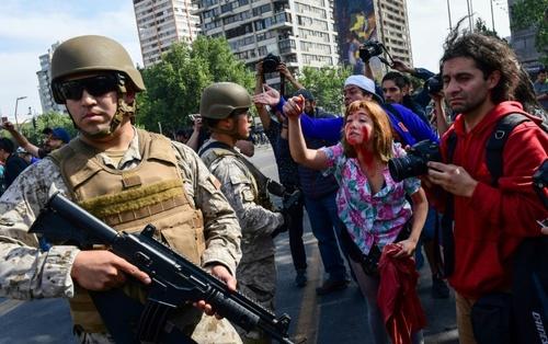 سانتایگو پایتخت شیلی  رویارویی معترضان و سربازان  شنبه27 مهر 98 خبرگزاری فرانسه -   Martin BERNETTI