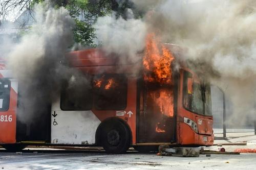 اتوبوس به آتش کشیده شده در درگیری میان معترضان و پلیس ضدشورش در سانتایگو پایتخت شیلی  شنبه27 مهر 98 خبرگزاری فرانسه -  Martin BERNETTI