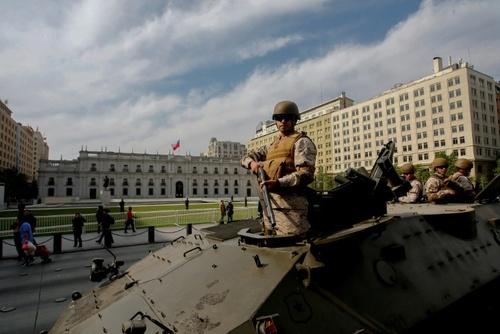 حضور سربازان در مقابل کاخ ریاست جمهوری در سانتایگو پایتخت شیلی برای محافظت در برابر معترضان   شنبه27 مهر 98 خبرگزاری فرانسه -
