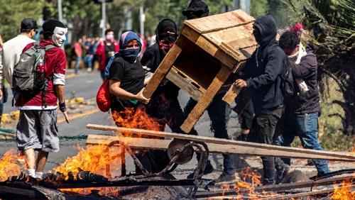 معترضین در حال سنگرسازی و آتش زدن - سانتایگو پایتخت شیلی عکس: خبرگزاری آسوشیتدپرس - Esteban Felix