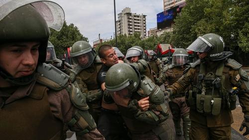 نیروهای پلیس یکی از معترضین را بازداشت کرده اند.  سانتایگو پایتخت شیلی |شنبه27 مهر 98 عکس: خبرگزاری آسوشیتدپرس - Esteban Felix