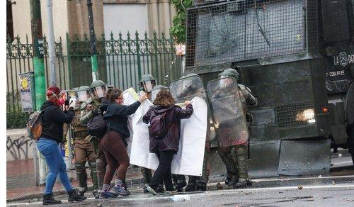 معترضین در برابر پلیس ضدشورش  شهر Valparaiso در شیلی  عکس: رویترز