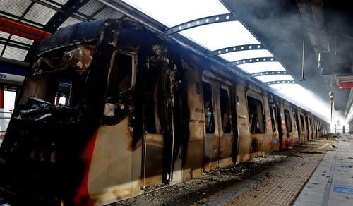 قطار به آتش کشیده شده توسط معترضان در ایستگاه مترو سانتایگو پایتخت شیلی خبرگزاری فرانسه