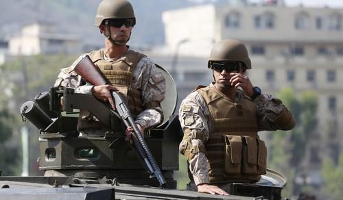 نیروهای امنیتی شیلی در زمان برقراری حکومت نظامی در شهر سانتایگو پایتخت شیلی عکس: EPA