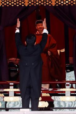 سلام مخصوص آبه شینزو نخست وزیر ژاپن به امپراتور جدید در مراسم تاجگذاری