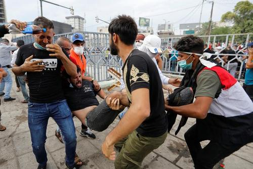 اعتراضات روز جمعه (دیروز) در بغداد. در جریان اعتراضات دیروز عراق دستکم 30 نفر کشته و بیش از 1800 نفر زخمی شدند./ رویترز