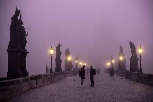 مه غلیظ صبحگاهی بر روی پل تاریخی