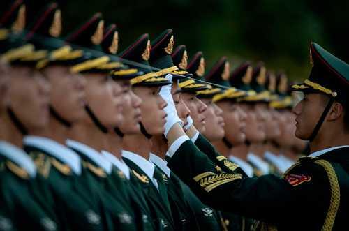 آماده شدن نیروهای گارد تشریفات چین برای مراسم استقبال رسمی از رییس جمهوری برزیل در پکن/ خبرگزاری فرانسه
