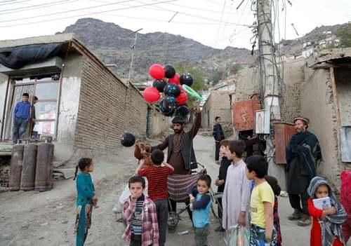 یک بادکنک فروش در شهر کابل/ رویترز