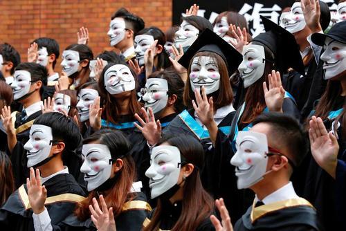 دانشجویان هنگکنگی در مراسم جشن فارغالتحصیلی برای اعلام همبستگی با اعتراضات مردمی ماسک به صورت زدهاند./ رویترز