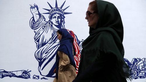 نقاشيهاي جديد روي ديوار سفارت سابق آمريكا در تهران/ عكسها: آسوشيتدپرس و خبرگزاري فرانسه