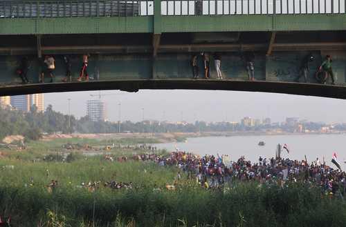 معترضان عراقی در زیر پل جمهوریت در شهر بغداد/ خبرگزاری فرانسه