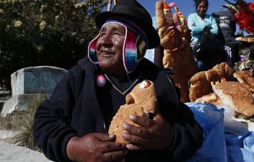 درست کردن نانهایی به شکل نوزاد انسان در آیین روز مردگان در قبرستان شهر لاپاز – پایتخت- بولیوی/ آسوشیتدپرس