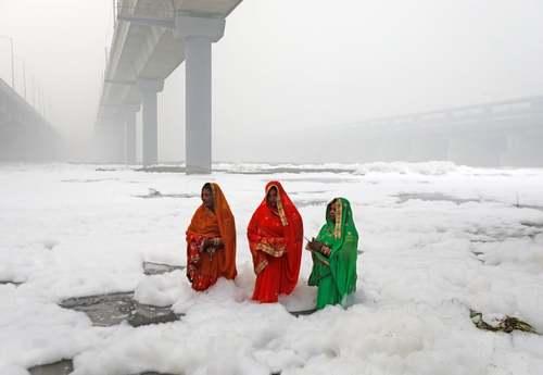 زنان هندو در حال نیایش در رود
