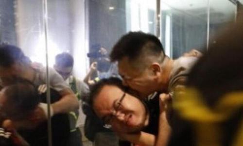 صحنه کندن گوش یکی از معترضان هنگ کنگی از سوی مردی که با چاقو به معترضان حمله کرد و 6 نفر را زخمی کرد./ سیانان ترک